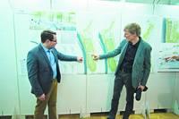 Präsentation des Siegerentwurfs: Bürgermeister Christoph Schulze (links) mit Till Rehwaldt (Foto: Stadt Bad Dürrenberg)