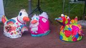 Farbig gestaltete Entenmodelle aus Styropor