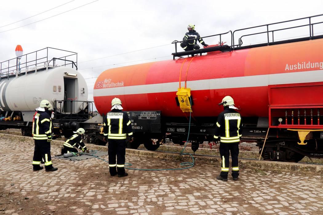 5 Feuerwehrmänner üben an einem Waggon, Leckagen zu schließen. ©Landkreis Saalekreis