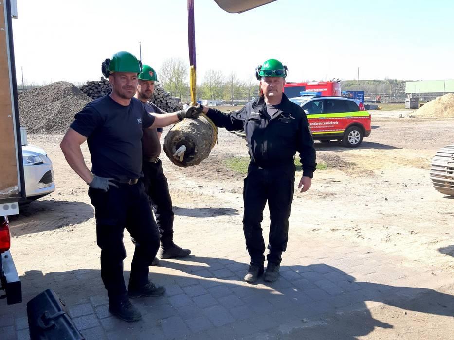 Drei Männer stehen um eine entschärfte Bombe ©InfraLeuna