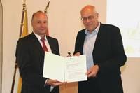 Bei der Veranstaltung konnte der stellvertretende Landrat Hartmut Handschak den Fördermittelbescheid von Theo Struhkamp vom Ministerium für Wirtschaft,